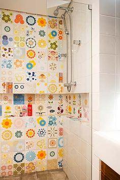 ladrilho hidráulico numa parede d banheiro (não desse tipo nem tão amarelo)