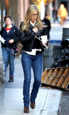 Jennifer Aniston in Designer Jeans Archives Jennifer Aniston Style, Jennifer Aniston Photos, Classy Winter Outfits, Fall Outfits, Casual Outfits, Denim Outfits, Denim Outfit For Women, Casual Chic, Denim Blog