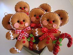 Porque eu adoro este personagem de Natal...  A primeira impressão da história do Gingerbread Man foi em de maio de 1875. O livro conta que uma mulher estava se queixando para o marido que queria ter um filho, porém sabia que eram ambos já velhos. A velhinha decidiu fazer um biscoito de gengibre, em formato de boneco, e colocou no forno para assar. Quando ela abriu o forno, o biscoito pulou da forma e saiu correndo pela janela aberta da cozinha. O casal correu atrás dele na esperança de…