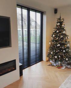 57 vind-ik-leuks, 4 opmerkingen - Laantje 𝟥𝟦 (@laantje.34) op Instagram: '𝕁𝔸𝕃𝕆𝔼ℤ𝕀𝔼𝔼ℕ . Eindelijk konden we dan gister de jaloezieen ophangen. We wilde graag in ons huis…' Christmas Tree, Holiday Decor, Instagram, Home Decor, Teal Christmas Tree, Decoration Home, Room Decor, Xmas Trees, Christmas Trees