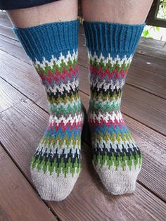 Free Knitting Pattern for Le Quebrada Socks - A simple stranded pattern for colorful striped socks. Perfect for stash or scrap yarn. Designed by Dela Hausmann. Available in German and English Crochet Socks, Knitting Socks, Free Knitting, Finger Knitting, Wool Socks, Crochet Granny, Hand Crochet, Christmas Knitting Patterns, Baby Knitting Patterns