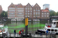 Herbst 2011 in Bremen: grüne Farbe wird in die Weser geschüttet und zu Kunst deklariert. Näheres hier: http://stefanienorden.de/grunfarben-wortwortlich-kunst-in-der-weser/