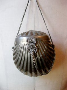 Antique silver clam shell purse by JerushadVintage on Etsy. I have a gold bag just like this. Vintage Purses, Vintage Bags, Vintage Handbags, Vintage Outfits, Vintage Fashion, Beaded Purses, Beaded Bags, Art Nouveau, Silver Purses