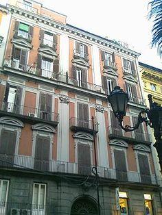 Palazzo Barbaja in Via Toledo fu la residenza diDomenico Barbaja, unimpresario teatralefamoso nella Napoli ottocentesca. L'edificio fu anche per breve tempo abitato daGioacchino Rossiniper volontà di Barbaja. Il Rossini aveva stipulato impegni dal1815al1822con ilTeatro del Fondoper musicare l'OtellosulibrettodiFrancesco Berio di Salsa(proprietario del vicinopalazzo Berio); pertanto, il compositore pesarese fu rinchiuso nella sua camera, dopo sei mesi di ozio, dal Barbaja che…