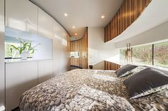 Interiér je zařízen moderně a s ohledem na přítomnost dvou psů. - Podlaha je z leštěného betonu, na stěnách se doplňují obklady z kamene a dřeva.