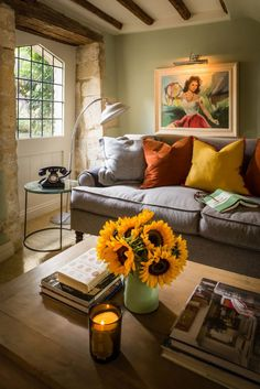 Romantic luxury self-catering unique home stay in the heart of Burford, Cotswolds. Perfect for weekend lovers and couples wanting a luxury Cotswolds cottage. Cottage Living Rooms, Home And Living, Living Room Decor, Cottage Homes, Living Area, Style At Home, Sweet Home, Design Case, Shabby Chic Furniture