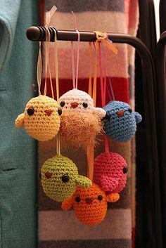 Amigurumi birds to crochet for handicraft sale Crochet Birds, Love Crochet, Crochet Animals, Diy Crochet, Crochet Crafts, Crochet Dolls, Yarn Crafts, Crochet Baby, Crochet Projects