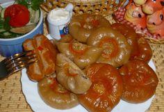 лжехинкали на пару Масло сливочное (для теста) — 100 г Кипяток крутой (для теста) — 1 стак Томатная паста (для теста)-1 ч.л Мука пшеничная (для теста-сколько возьмет ) Фарш свиной — 300 г Лук  — 1 шт Сыр натереть -50г Помидор дольками-2 шт Морская капуста-1 бан. паприка сладкая красная, соль, перец, по вкусу Приготовим тесто: Масло режем на, вливаем кипяток.Помешивая ложкой постепенно всыпаем муку, добавляем томатную пасту.Замешиваем мягкое тесто.