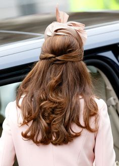 37 Times Kate Middleton Had Glorious, Glorious Hair Surpassing mortal standards of what it means to have good hair. Also, fascinators. Estilo Kate Middleton, Kate Middleton Hair, Princesa Kate Middleton, Half Up Half Down Hair, Half Updo, Down Hairstyles, Wedding Hairstyles, Princesa Charlotte, Weekend Hair