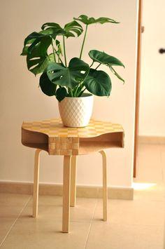 Combina cuatro archivadores Knuff para crear una mesa hermosamente estilizada. | 33 usos inteligentes e inesperados para productos de Ikea