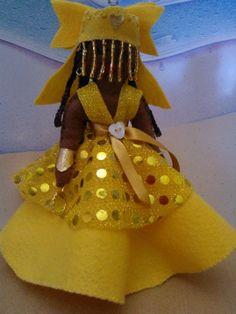Atendendo a um pedido de uma colega de trabalho, fiz esta boneca. Segundo ela, Oxum  é uma orixá da religião africana Candomblé e é uma entidade de amor. Orisha, Crochet Projects, Baby Dolls, Knit Crochet, Clay, Knitting, Things To Sell, Sweet 16, Biscuit