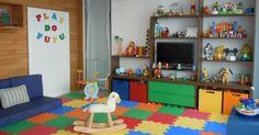 Nesse quarto de brincar idealizado pela arquiteta Gorete Colaço, a ampla bancada de madeira deixa à vista livros e brinquedos, que também podem ser guardados nas caixas abertas junto ao piso. Colorido e macio, o piso de tatame em EVA absorve impactos.