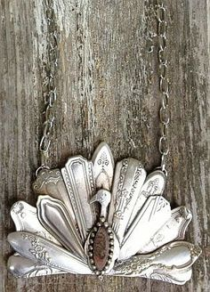 Upcycled Vintage Spoon: Peacock Pendant by Julie's Junquetique, via Etsy. (i would totally wear this during the week of Thanksgiving) Fork Art, Spoon Art, Silverware Jewelry, Spoon Jewelry, Spoon Rings, Spoon Necklace, Jewelry Crafts, Jewelry Art, Welding Art