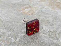 Anello in vetro di Murano, in piastra a rombo.   Base foglia d'oro con macchie rosse e nere.