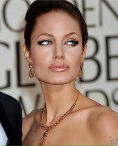 Angelina Jolie at the Golden Globes Angelina Jolie Makeup, Angelina Jolie Pictures, Angelina Jolie Style, Tomb Raider Angelina Jolie, Beautiful People, Beautiful Women, Jolie Pitt, Hollywood Actresses, Hollywood Men