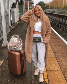 Traveling style in winter cozy coats Traveling style in winter cozy coats Traveling style in winter cozy coats Chill Outfits, Sporty Outfits, Trendy Outfits, Cute Travel Outfits, Traveling Outfits, Womens Sweat Outfits, Airplane Travel Outfits, Cozy Outfits, Winter Travel Outfit