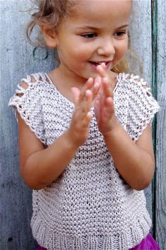 """Princesse des Neiges: this is absolutely easy and doable. No pattern. Note to self: size knitting needles, knit """"half"""" panel, drop and yarn over to make shoulder and neck hole, continue knitting to end for back """"half. Knitting For Kids, Crochet For Kids, Knitting Projects, Baby Knitting, Crochet Projects, Knit Crochet, Knitting Needles, Cool Baby, Baby Kind"""