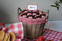 little favors for a Little Red Riding Hood birthday party/ panier rempli de petit pots de confiture sur nappe vichy rouge