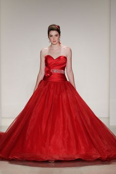 Pin for Later: Wer traut sich in/an Farbe? Und etwas ganz anderes... Disney Fairy Tale Weddings by Alfred Angelo (Snow White)