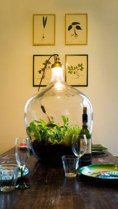 #tafel met #groen #tuintjes #plantjes #planten #tafellamp #groendecoratie #interieur #styling