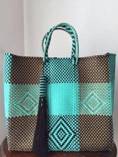Increíbles Bolsas Artesanales!! Weaving Art, Loom Weaving, My Bags, Purses And Bags, Unique Handbags, Boho Bags, Basket Bag, Beaded Bags, Cloth Bags