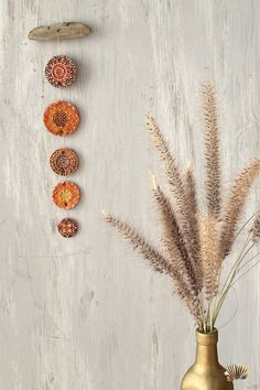 Wenn ich Tischdekoration vorbereite, dann nehme ich gerne handgemachte Keramik Deko. Mit Keramik zu dekorieren heisst einzigartig zu sein. Die Dekoration aus Keramik verleiht deiner Tischdeko einen edlen oder rustikalen Touch, je nachdem was du gerne möchtest. In meinem Etsy Shop findest du in der Keramikabteilung einige Keramik Deko zum Aufhängen und zum dekorieren. Keramik Deko / Keramik Tischdekoration / Keramik dekorieren / Keramik Deko zum Aufhängen / Dekoration aus Keramik Arabian Nights Wedding, Wedding Night, Diy Wedding, Hippie Chic, Mediterranean Wedding, Diy Clay, Dream Catcher, Pottery, Etsy Shop