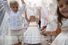 Nuestros niños lucen radiantes en las bodas familiares con vestidos sencillos pero elegantes e intemporales....