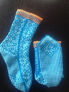 My daughter wanted socks to match with her sweather. I tried and think they match. The pair weights 99 grams Cool Socks, Awesome Socks, Cascade Yarn, Boot Cuffs, Knit Fashion, Yarn Needle, Mitten Gloves, Knitting Needles, Ravelry