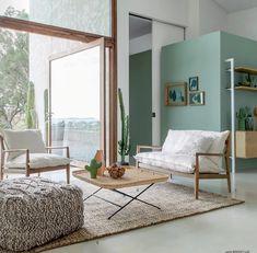 Salon tendance mur couleur vert d'eau, bois & blanc. Collection printemps - été 2018 AM.PM.