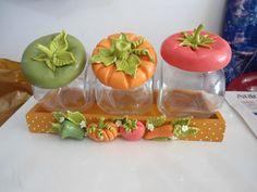 Porta condimento com 3 potes de vidro e 1 base de MDF decorados com biscuit