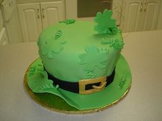Leprechaun Hat Cake, suitable for St. Beautiful Cakes, Amazing Cakes, St Patricks Day Cakes, Hat Cake, Gateaux Cake, Holiday Cakes, Holiday Foods, Holiday Desserts, Holiday Parties