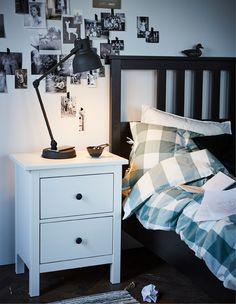 Attraktiv Ein Schlafzimmer Im Traditionell Skandinavischen Stil In Schwarz Und Weiß.  Das Grün Der Bettwäsche Sorgt