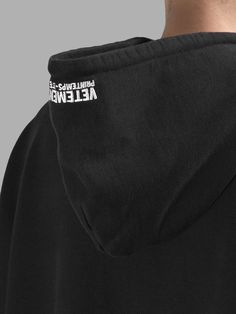 ヴェトモン(VETEMENTS)パーカー VETEMENTS MEN'S BLACK OVERSIZED HOODIE