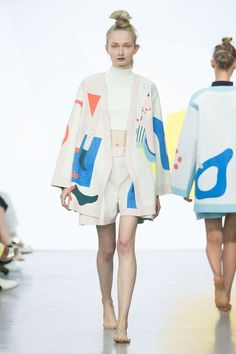 Love this shape, and the cut-out pattern. Catwalk photos and all the looks from Yii Spring/Summer 2016 Ready-To-Wear London Fashion Week Runway Fashion, High Fashion, Fashion Show, Fashion Outfits, Womens Fashion, Fashion Design, Milan Fashion, Fashion Fashion, London Fashion Weeks