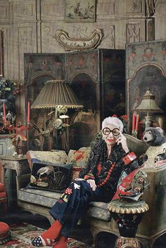 Minnie Mouse jeans and flag slippers! Iris Apfel, fashionista not afraid to over-do, extravagantly and with humor Actually she& just nut. Mode Gipsy, Iris Fashion, Advanced Style, Advanced Beauty, Rare Birds, Ageless Beauty, Girl Body, Girl Face, Mode Vintage