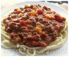 Je sais pas si c'est LA vraie de vraie, mais c'est une bonne sauce spaghetti que mon chum nous à préparée et l'a modifiée légèrement. ... Sauce Recipes, Pasta Recipes, Beef Recipes, Cooking Sauces, Cooking Recipes, Spagetti Sauce, Canadian Food, Canadian Recipes, Buffet