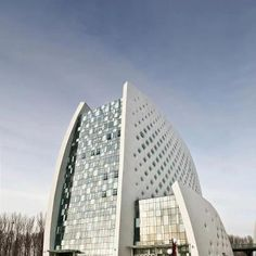 A Parametric Design for the International Strawberry Symposium in Beijing by DADA Architectural Design + Planning Firm based in Beijing,China. Interesting Buildings, Amazing Buildings, Modern Buildings, Amazing Architecture, Art And Architecture, Fritted Glass, World Of Tomorrow, Curved Walls, Architect Design