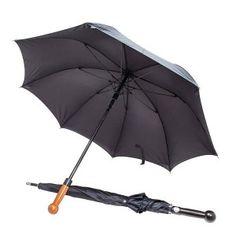 Ce parapluie a été développé en collaboration avec des experts de la sécurité et fabriqué à partir de composants de haute qualité. De port discret et légal, car c'est un parapluie parfaitement fonctionnel, il permet de se défendre efficacement grâce à son pommeau massif, son embout en inox, et sa canne et ses baleines en fibre de verre extrêmement résistante. Résiste à une charge de 80 Kg ! Livré avec un etui en tissus fin noir équipé de bretelles pour port en bandoulière ou type sac à dos.