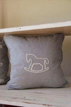 Almohadón caballito mecedor color gris melange bordado a mano con lana color hueso Medidas 40x40