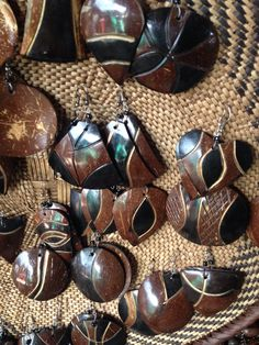 African Jewelry. Made from wood, coconut shells, fruit skins, seeds & painted often with shoe polish. For a local, can cost as little as $1.50 average around $3 for tourist, still not bad. Harare, Zimbabwe markets. Leaf Crafts, Fun Crafts, Arts And Crafts, Coconut Shell Crafts, Egg Carton Crafts, Nativity Crafts, African Jewelry, Shell Art, Hair Sticks