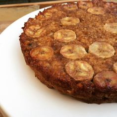 Deze ontbijtcake bak je upside down! Gekarameliseerde bananen maken deze cake heerlijk zoet. Een smaakvol begin van je dag!