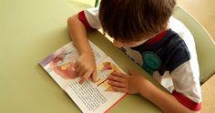 LEER Y ESCRIBIR: Favoreciendo el desarrollo del lenguaje oral mediante:   - Cantándoles canciones.  - Contándoles historias, cuentos, tradiciones.  - Jugando con las palabras a hacer rimas.  - Reconociendo el sonido inicial de las palabras.  - Contando la cantidad de sonidos de las palabras.     Evita forzar la lectura de las palabras. Los niños y niñas aprenden a si propio ritmo. Tus hijos tienen que estar preparados para poder aprender a leer. #CrecerBien