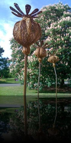 Willow Sculpture Commissions Kew Gardens, Tom Hare. These poppy heads are so simple yet so effective, flowers are close to my heart and this chaps work captures the beauty of the natural world in a such a holistic way....