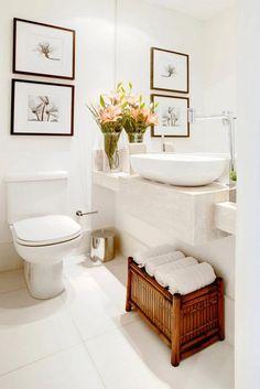 Flores e quadros decoram este lavabo branco projetado por Sesso Dalanezi #decor #banheiro