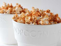 Once in awhile what could this BBQ Popcorn hurt? You probably already have all of the ingredients you need to make this finger-licking-good BBQ popcorn – just pick up a bag of corn kernels and get popping! Quick Recipes, New Recipes, Favorite Recipes, Party Recipes, Super Bowl Essen, Popcorn Seasoning, Popcorn Recipes, Flavored Popcorn, Clean Eating Snacks