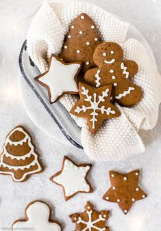 Homemade classic gingerbread cookies decorated with white royal icing! Easy, festive and scrumptious! Gingerbread Man Cookies, Christmas Gingerbread, Noel Christmas, Christmas Baking, Italian Christmas, Gingerbread Houses, Xmas, Cocoa Cookies, Sugar Cookies