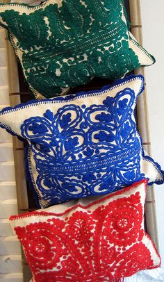 Hungarian Decorative Pillows I think these are Hungarian Felt Work or chain stitch embroidery. Hungarian Embroidery, Folk Embroidery, Learn Embroidery, Vintage Embroidery, Chain Stitch Embroidery, Embroidery Stitches, Embroidery Designs, Stitch Head, Embroidery Techniques