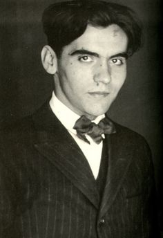 Federico García Lorca - Spanish poet and dramatist, a talented artist and a member of the 'Generation of a gr. Dante Alighieri, Cthulhu, Writers And Poets, Book Writer, Portraits, Playwright, Jolie Photo, Famous Faces, Famous Men