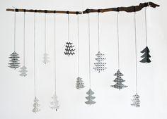 シンプルに一本の枝にツリーのオーナメントを結んで。