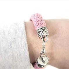 Kijk wat ik gevonden heb op Freubelweb.nl: een gratis haakpatroon van Wilmade om dit gehaakte armbandje te maken https://www.freubelweb.nl/freubel-zelf/gratis-haakpatroon-armband-3/